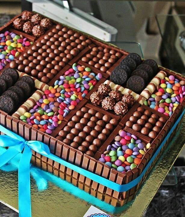 Gâteau en kit-kat, soudé au chocolat fondu et rempli de gourmandises.