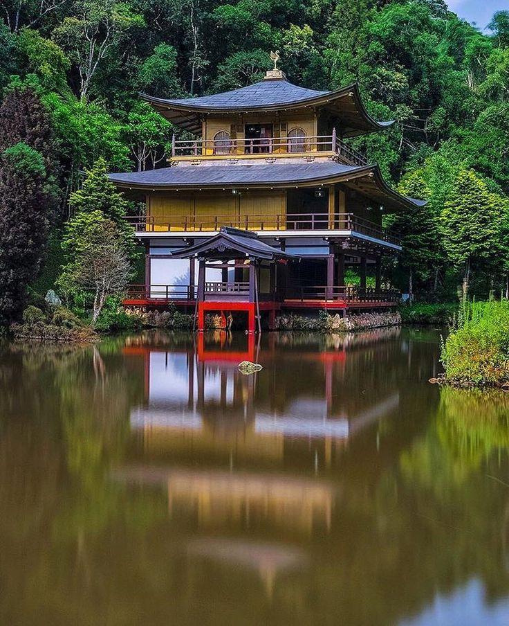 """O Kinkaku-ji é uma réplica do """"Templo Dourado"""" feita de cedro pintado um dos mais bonitos do mundo que existe até hoje em Kioto no Japão. Aqui no Brasil ele pode ser conferido no Vale dos Templos em Itapecerica da Serra numa área de 42 mil metros em meio à mata atlântica e à nascentes de água pura. O criador dessa réplica é Alonzo Bain Shattuck um veterano da Segunda Grande Guerra e que viveu no Japão por 15 anos. Os visitantes também podem conhecer o lugar onde são guardadas as cinzas de…"""