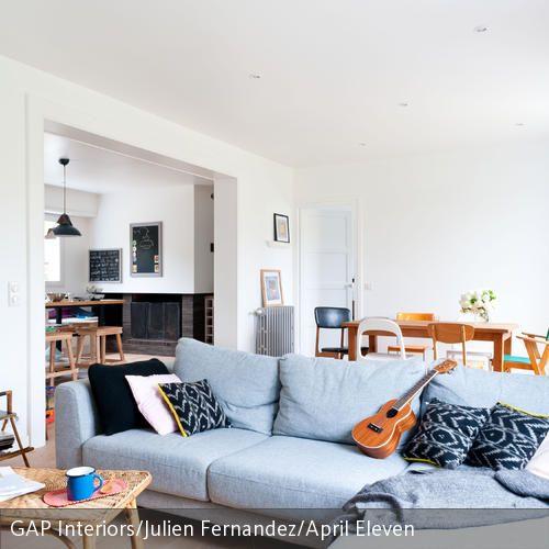 Das Grosse Stoffsofa In Hellblau Funktioniert Diesem Wohnzimmer Als Raumtrenner Zwischen Ess Und Wohnbereich