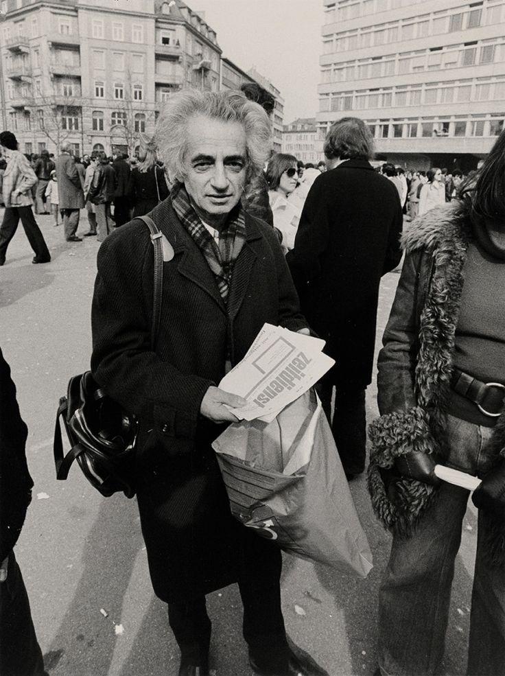 """Theo Pinkus 1975 an einer Kundgebung auf dem Helvetiaplatz in Zürich beim Verkauf des """"Zeitdienst"""". Foto: © Gretler's Panoptikum, Zürich"""