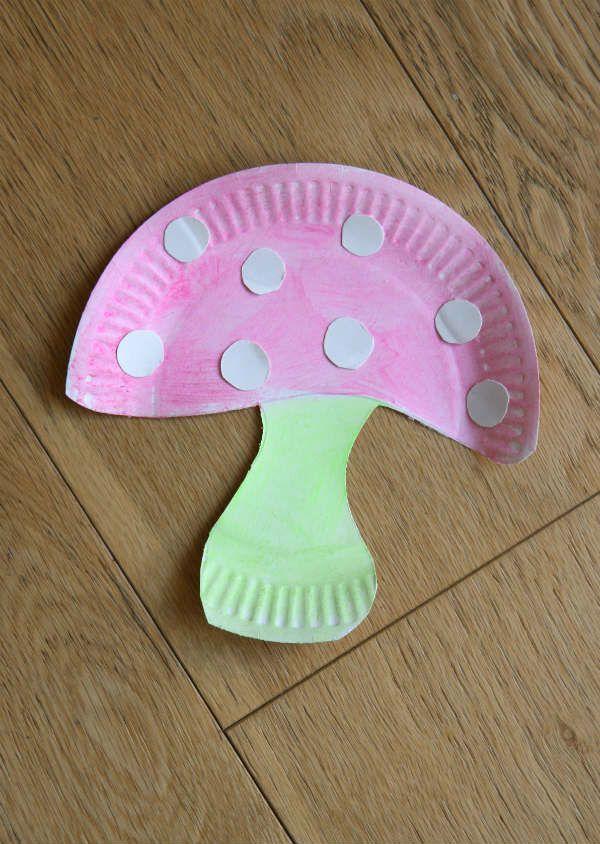 Champignon dans une assiette en carton rose, rouge, jaune, vert... ce champignon se décline de toutes les couleurs !