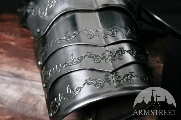 Les spallières médiévale avec la gravure d'ArmStreet