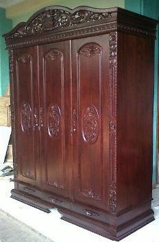 Lemari Pakaian Ukir Rahwana 3 Pintu Lemari Pakaian Ukir Rahwana 3 Pintu ini merupakan almari pakaian yang mempunyai 3 pintu dan di kombinasi dengan ukiran khas jepara yang mempunyai nilai seni yang tinggi.
