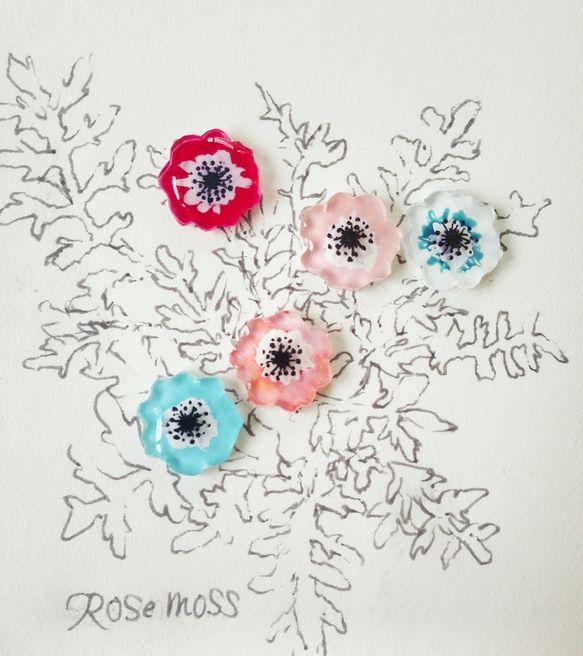 アネモネを軽くて可愛いピアスにしました。風の花という意味の花で色によって花言葉が変わります。・赤「君を愛す」「恋の苦しみ」・白「期待」「希望」・青「信じて待つ... ハンドメイド、手作り、手仕事品の通販・販売・購入ならCreema。