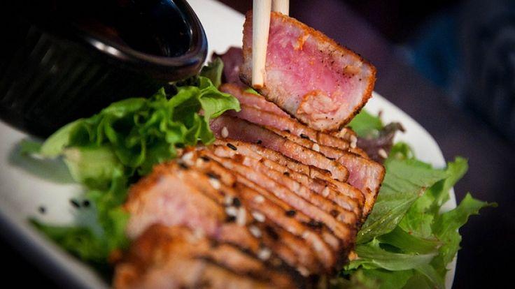 Oggi vogliamo proporvi un piatto sfizioso e veloce: tataki di tonno in crosta di sesamo. Ricetta completa, tutti i trucchi per una perfetta riuscita e vini abbinati! http://winedharma.com/it/dharmag/agosto-2013/come-preparare-un-perfetto-tataki-di-tonno-al-sesamo