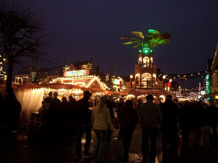 Weihnachtspyramide auf dem Weihnachtsmarkt Aurich.