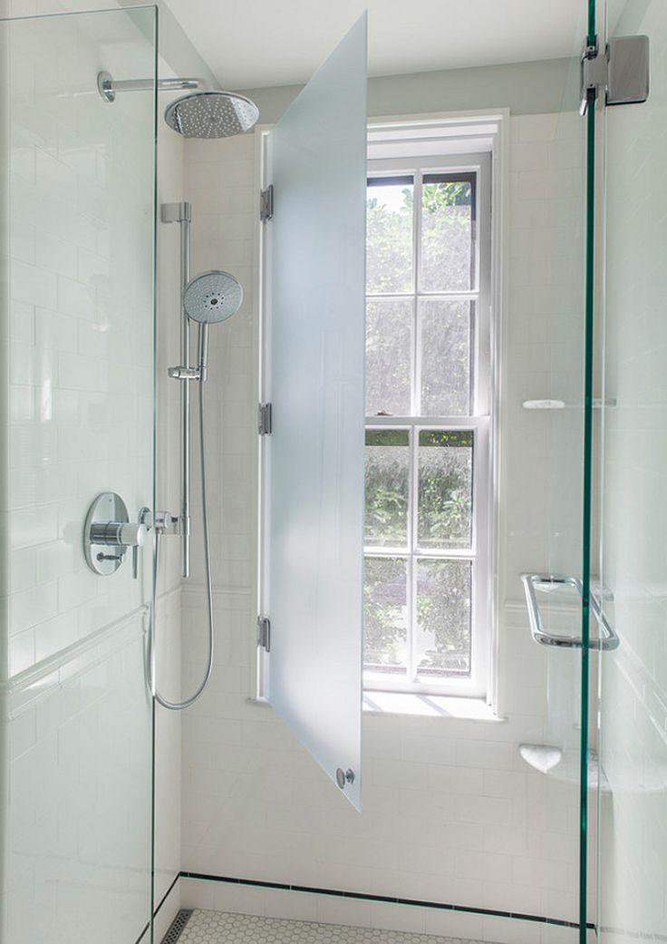 """La guida (semi) definitiva sulla soluzione per il bagno """"finestra nella doccia"""". Ci avete mai pensato? Farebbe al caso vostro? Ecco alcune idee e soluzioni"""