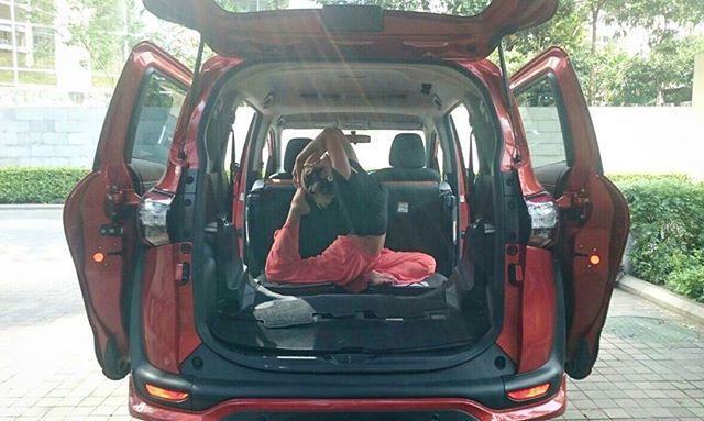 Tetap latihan di sela aktivitas ,kenapa ga? :) Lipat kursi tengah dan belakang dengan fitur dive in seat di Toyota Sienta ini, bagasi belakang jadi lebih luas,bisa yoga deh.. Keren euy :D #mysienta #unlockyourplayground @toyotaid.