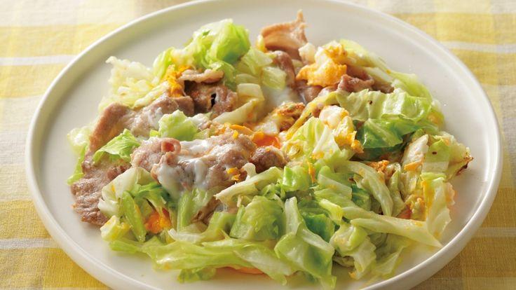 高城 順子さんの春キャベツ,豚肉を使った「春キャベツの豚平焼き風」のレシピページです。関西で広く愛される「豚平焼き」を「7分」バージョンで。キャベツをたっぷりと加えたら、ふんわり丸くまとめるだけ。キャベツの甘みと豚肉のコクがよく合います。 材料: 春キャベツ、豚肉、卵、A、ソース、ごま油、小麦粉