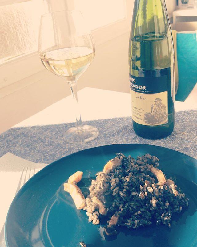 Día de arroz negro y copa de vino blanco para disfrutar del buen tiempo que hace