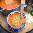 Tomatensoep met kaas, lettertjes pasta en basilicum van Jamie Oliver