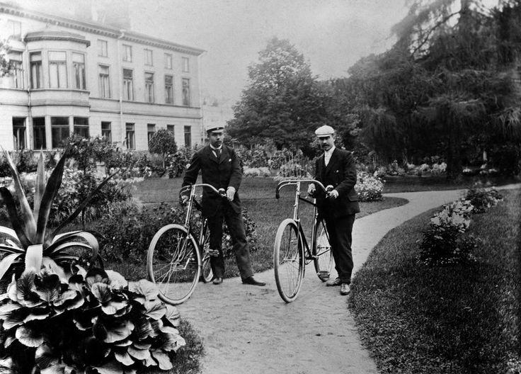 Ylioppilasnuorukainen toverinsa kanssa polkupyörillä.