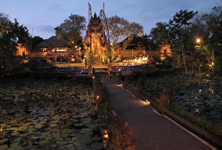 Le palais d'Ubud à la tombée de la nuit
