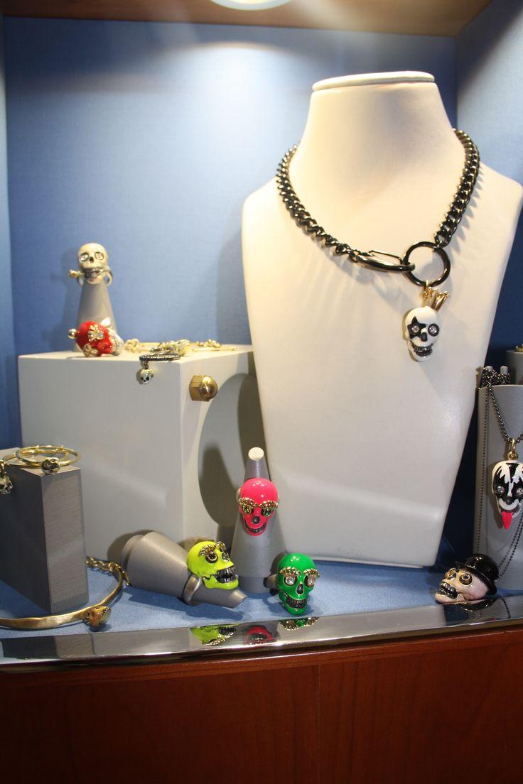 """La vetrina in tema """"Halloween"""" di Alisi Gioielli. Si trova nel nostro Showroom di Via Porta Rossa 60/r a Firenze"""
