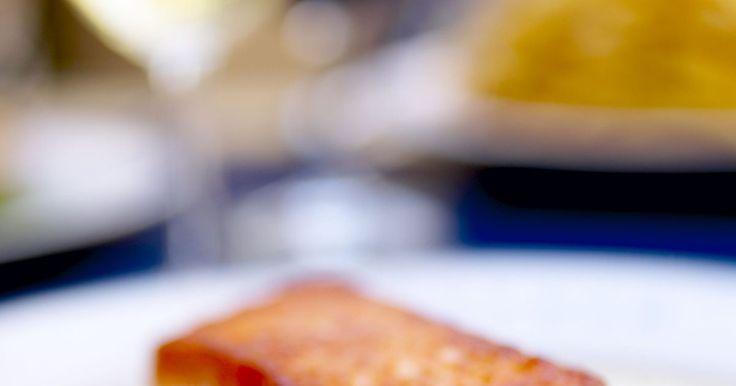 Cómo hervir el salmón. El salmón es un pescado nutritivo y versátil, rico en ácidos grasos omega-3 y vitamina D. Hay una variedad de maneras de cocinar y preparar el salmón fresco, una de las más fáciles es hervirlo. Este método de preparación es particularmente común en Escocia, una de las áreas del mundo más ricas en salmón.