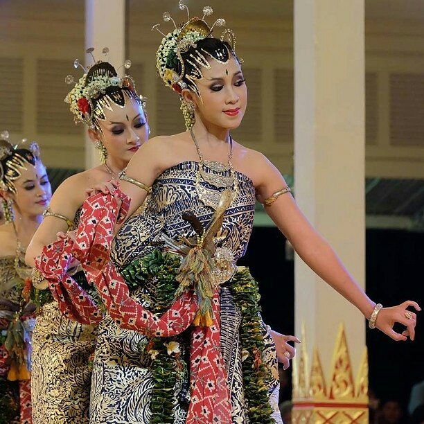 @rovitavare -  Wanita Indonesia  Ummm...akan lebih sip kalau mengenal tradisi, seni dan budayanya. Tak perlu lebay untuk semua daerah karena Indonesia itu luas dan kaya. Cukup mengenal dan bagus lagi mempertahankan cirikhas daerahnya masing-masing, kemudian saling mengenal satu sama lain antar daerah, dengan demikian terciptanya Bhinneka Tunggal Ika. Nah...itu baru wanita Indonesia sesungguhnya...ciyeeehh   @KontesMerahPutih #KontesMerahPutih #KontesMPF05 #HadiahUntukSemua  Hayuk ikuutan…