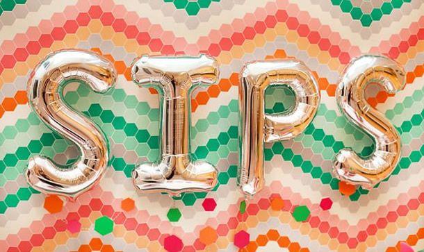 festa geométrica com decoração feita com balões metálicos de letras