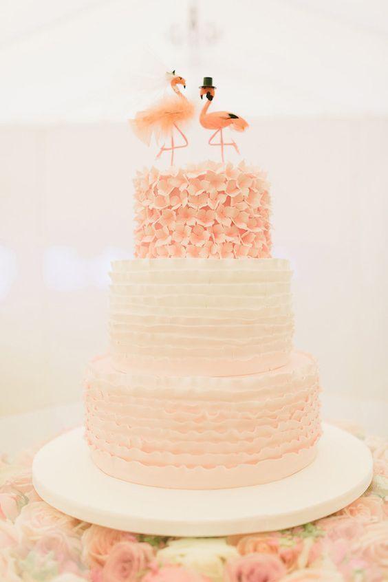 二羽くっつけば、ハートの形♡幸運の鳥〔フラミンゴ〕デザインのラブリーなウェディングケーキ7選♡にて紹介している画像