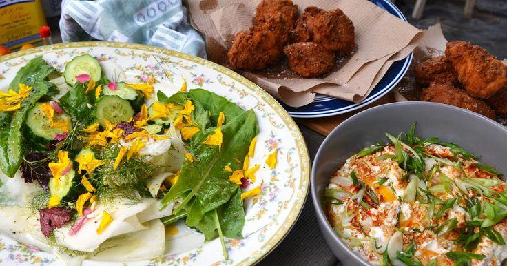 Finns det något mer amerikanskt än kentucky fried chicken? Det är ingenting vi äter allt för ofta här i Sverige men som Tina säger är den jädrans god, kanske till och med jordens bästa friterade kyckling! Den kryddiga och fylliga paneringen blir fantastiskt god tillsammans med en fräsch sallad med ätbara blommor och en syrlig yoghurtsås. Friterat och fräscht på samma gång!