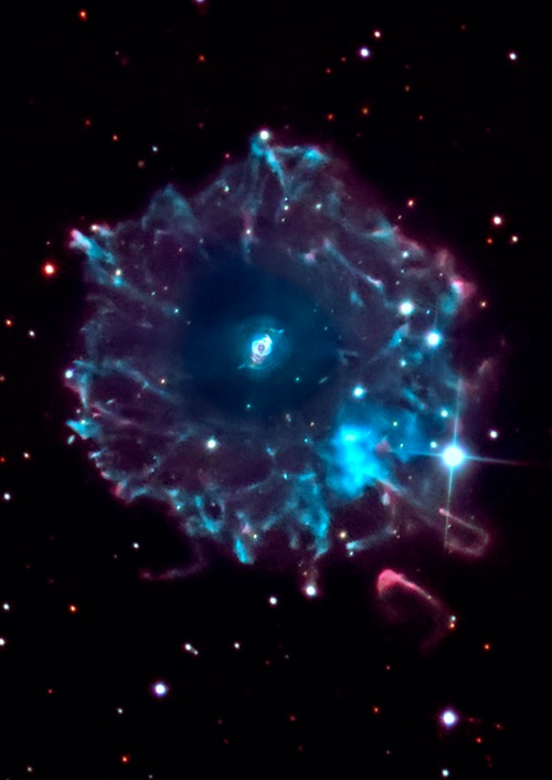 Halo of the Cat's Eye TheCat's Eye Nebula(NGC 6543) is one of the best known planetary nebulaein the sky. Its hauntingsymmetriesare seen in the very central region ofthis tantalizing image, processed to reveal the enormous but extremely faint halo of gaseous material, about 6light-yearsacross, which surrounds the brighter, familiarplanetary nebula.