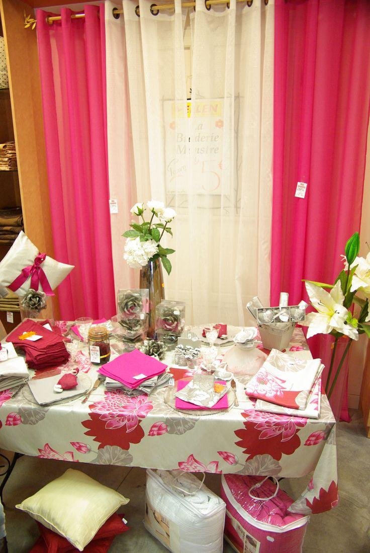Table ambiance lotus rose : Voilage rose 140x260 100% polyester. Voilage blanc 140x240 100% polyester. Nappe imprimée 140x230 polyester.  Chemin de table 40x150. Pinces fleurs et objets de décoration.