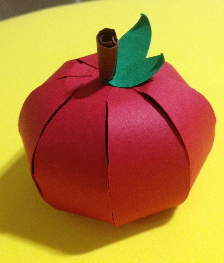 maçã confeccionada em papel 180 gr. para decoração de festa .