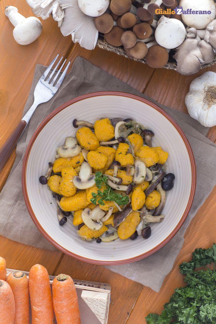 I GNOCCHETTI CON CAROTE E FUNGHI (carrot gnocchi with mushrooms) sono una sorpresa continua, dal condimento al suo impasto colorato! #ricetta #GialloZafferano #italianfood #italianrecipe