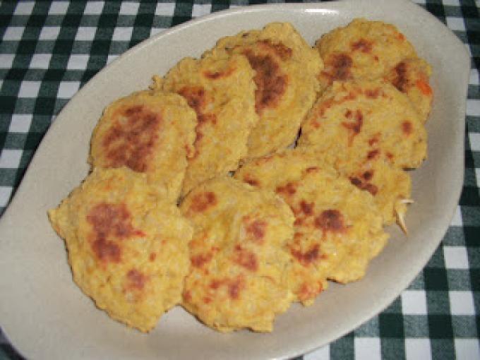 Bater os dois ovos inteiros, adicionar um pouco de leite e de seguida o arroz. - Receita Prato Principal : O que fazer com uns restos de arroz?! de Maria Silva
