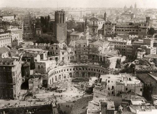 Demolition at the Forum of Trajan c. 1929 Photo by: Chicago Tribune Taken from: www.ebay.it