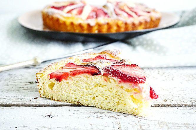 Een suikervrije cake op basis van kwark met zomerfruit aardbeien