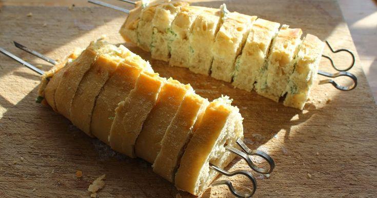 Her er en super nem måde at lave et rigtig lækkert hvidløgsbrød på grillen. Du skal bruge: 1 flute/ciabatta brød 100 g Philidelphia flød...