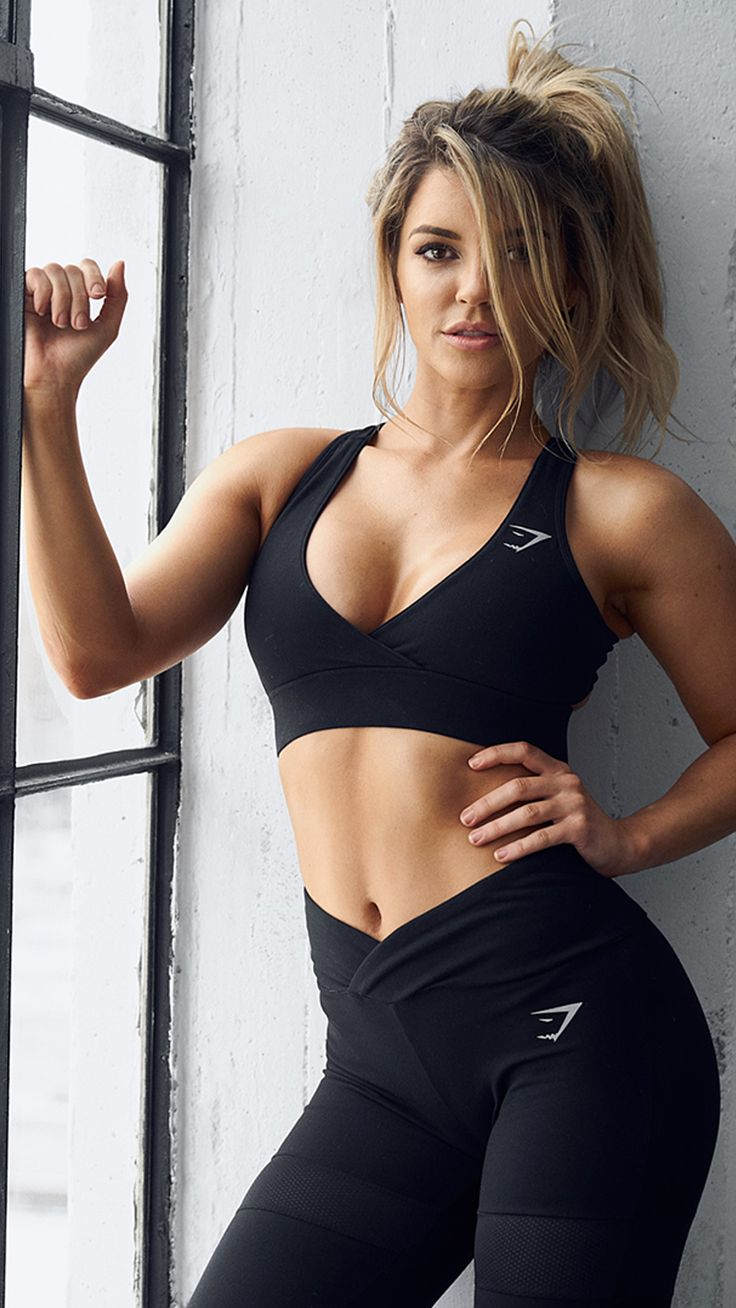 The Dynamic leggings and Cross Back Sports Bra make the perfect workout outfit from the new Gymshark by Nikki Blackketter collection. The open back and low cut front of the crop top gives a stunning finish, complete with Gymshark reflective logo. The Dynamic leggings have an eye-catching overlay waistband, and incredibly soft blend material, The modest mesh section around the thigh looks stylish, while providing breathability.