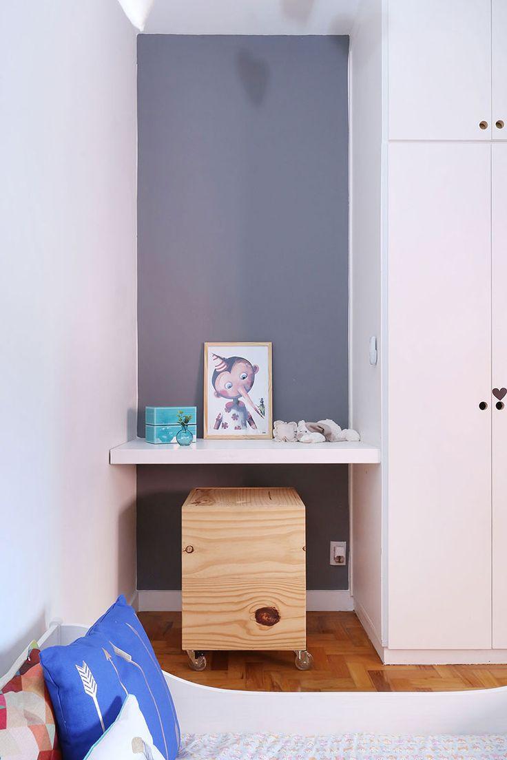 Decoração de apartamento industrial e aconchegante. No quarto infantil, quarto de menina, parede cinza, ovelha, nichos de madeira, cabana de índio, cama branca e armário branco.