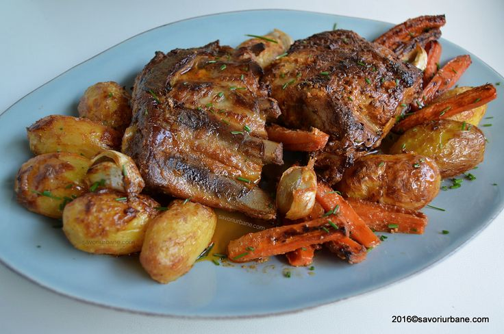 Friptura de porc la cuptor – marinata cu iaurt si usturoi. O friptura frageda si rumena (la tava) pe care am insotit-o cu o garnitura compusa din cartofi aurii si morcovi caramelizati. Am folosit bucati de piept de porc cu coaste. ADVERTISEMENT - PUBLICITATE Cred ca friptura din piept de porc cu coaste mi-e cea …