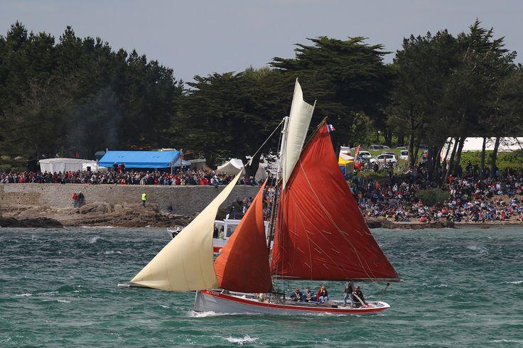 Unity of Lynn un ancien bateau de pêche à la crevette emprunte le goulet entre Locmariaquer et Port Navalo pour sortir du Golfe du Morbihan. Semaine du Golfe, édition 2015.