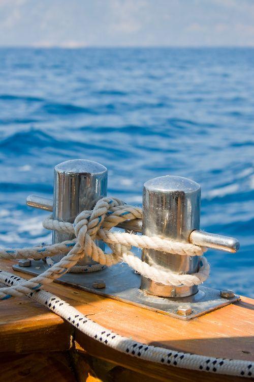 capehatterasmarine: Knot on a bollard of boat