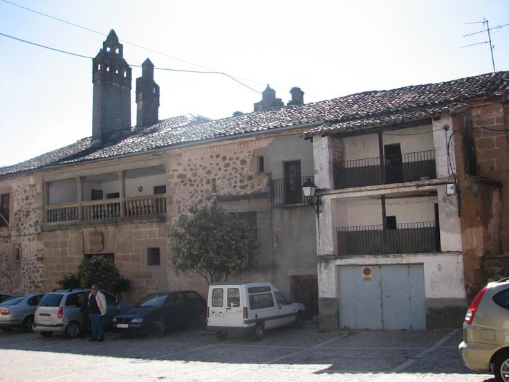 Entrada principal del Palacio de los Manrique de Lara y casa adosada que pienso yo, pudiera ser la vivienda de la servidumbre. El Palacio destaca por sus chimeneas desde la lejanía.