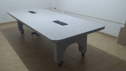 Mesa de conferencia en superficie solida