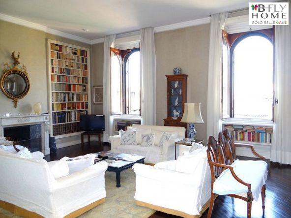 Proponiamo a Milano, in zona Magenta, attico con terrazzo in un palazzo d'epoca. 200mq inondati di luce, terrazzo verde esposto a est sull'interno del palazzo, grande soggiorno e tre camere da letto. In vendita a €2.000.000.