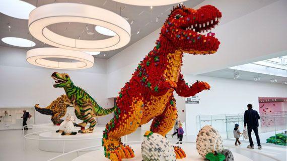 着工から4年間後の2017年9月28日に建築家Bjarke ingelsさんによってデザインされた「レゴハウス(LEGO house)」がデンマークのビルドンに開館しました。 名古屋にあるレゴランドのようなテーマパークではなく、レゴの美術館、博物館といった感じで、レゴ作品を見るだけでなく、遊びやレゴを使った学習のためのスペースも設けられています。単なるおもちゃとしてのレゴではなく、知育玩具としての側面に、フォーカスを当てた施設と言えます。 エクスペリエンスゾーンは有料ですが、フリーのスペースとして、9つの屋上テラスで遊ぶこともでき、3つのレストランも利用することが可能です。 気になるお値段ですが、0〜2歳のお子様は無料、3〜12歳・大人は約3600円(199DKK)ということです。チケットの購入は事前予約制となっています。 デンマークにいった際は、絶対に訪れたいスポットですね。 Home of the Brick: Start your visit today! - LEGO® House 外観 体験ゾーンとして4つの色分けされた部屋があり、赤は創造的スキルを、青は...