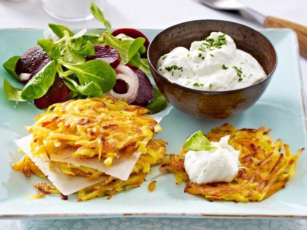 Kürbis-Kartoffel-Rösti mit Kräuterquark Rezept | LECKER
