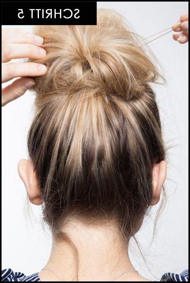 In 15 Sekunden zur Trendfrisur: Diese Messy Bun Anleitung ist super … | #langhaarfrisuren2019 #frisuren #trendfrisuren #neuefrisuren #haarschnitte #frauen #langefrisuren #winterfrisuren   – Einfache Frisuren