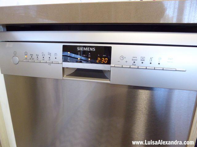 A verdade é que já temos esta máquina de lavar louça cá em casa há alguns meses. Passado pouco tempo de a ter fiz um post explicativo dascaracterísticas desta máquina que podem ver em:  Máquina de Lavar Louça • Siemens SN26P892EU  Ficou a faltar mostrar tudo em vídeo, e aqui está ele finalmente!Read More »