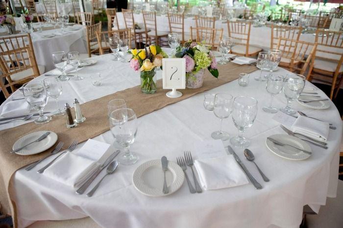 déco de table mariage discrète et chemin en toile de jute