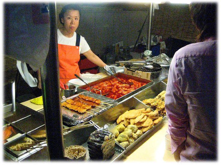 Alimentos de rua típicos coreanos. Ermook (bolinhos de peixe), dackkochi (churrasco de frango) tteobookki (bolo de arroz frito), e  twigim (alimentos fritos).  Texto e fotografia: http://lovely-seoul.jimdo.com