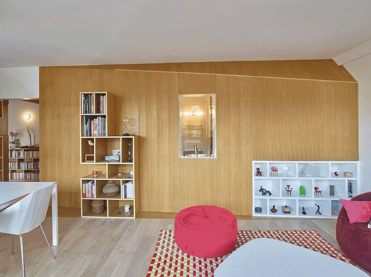 Verbouwing van een jaren 60 appartement in het Franse Sceaux. h2o architectes maakte een een strak interieur ontwerp met veel mooi verborgen kasten en doorkijkjes.