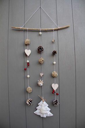 Adorable mobile avec un esprit hiver/Noël à suspendre devant une fenêtre ou contre un mur. Du bois flotté, des cœurs en bois blanchis de différentes tailles,des boules en rot - 11393365