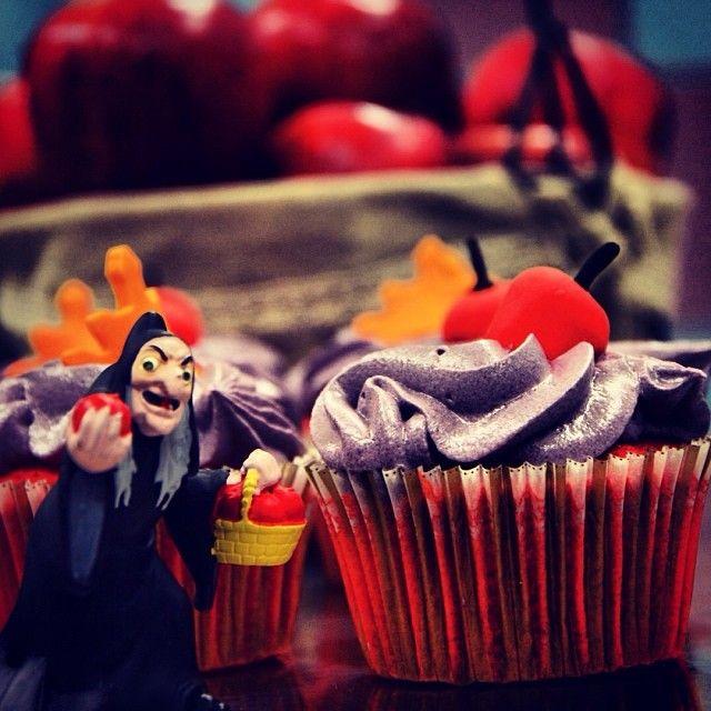 Evil Queen: H Κακιά Βασίλισσα της Χιονάτης αποτελεί το πρώτο σατανικό χαρακτήρα που είδαμε ποτέ μέσα απο τα κινηματογραφικά μάτια του Walt Disney. Σκληρή, αυτάρεσκη, με γνώσεις μαγείας, προσπάθησε με διάφορους τρόπους να εξολοθρεύσει τη πριγκίπισσα με αποτέλεσμα η Χιονάτη να μη ξαναφάει στη ζωή της μήλο. Τη μεταμορφώσαμε σε κόκκινο μήλο (τρομερή εκπληξη αλλά τέτοια που ήτανε τέτοια της κάναμε) παντρεμένο με καραμέλα και τυρί κρέμα!