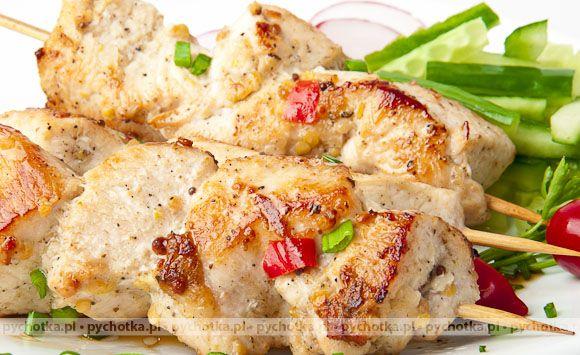 Chcesz coś przegryźć między posiłkami. Proponujemy szybkie danie z grilla. Szaszłyki z piersi kurczaka. Składniki potrawy: piersi z kurczaka, czerwone cebulki, przyprawy.