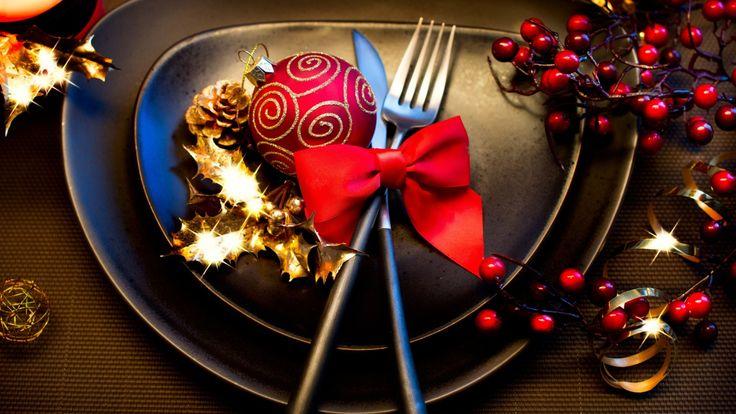 Скачать обои Новый Год, зима, праздничный, черные, падуб, New Year, столовые, бант, Christmas, шар, тарелки, посуда, красный, стол, праздники, приборы, Рождество, раздел новый год в разрешении 1366x769